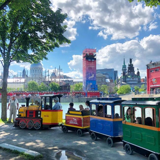 Tchou Tchou, appel aux voyageurs du Vieux-Port! Le «Trains-Trains» embarque tous les aventuriers les samedis et dimanches sur le quai du Bassin Bonsecours! . Choo-choo! All aboard! The Old Port's mini train (called Trains-Trains) welcomes passengers every Saturday and Sunday. Hop on from the quay at Bonsecours Bassin! . #vieuxportmtl #oldportmtl #sortieenfamille #activitesenfants #viedemaman #viedefamille #montreal #mtlmoments #mtlactivities #pourlesenfants #traintrain #littletrain #mtlsocial